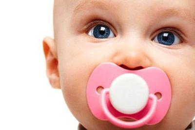 bebe-con-chupete-rosa